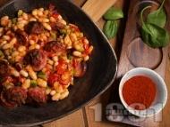 Рецепта Салата от боб с печена червена чушка, наденица и пушен червен пипер